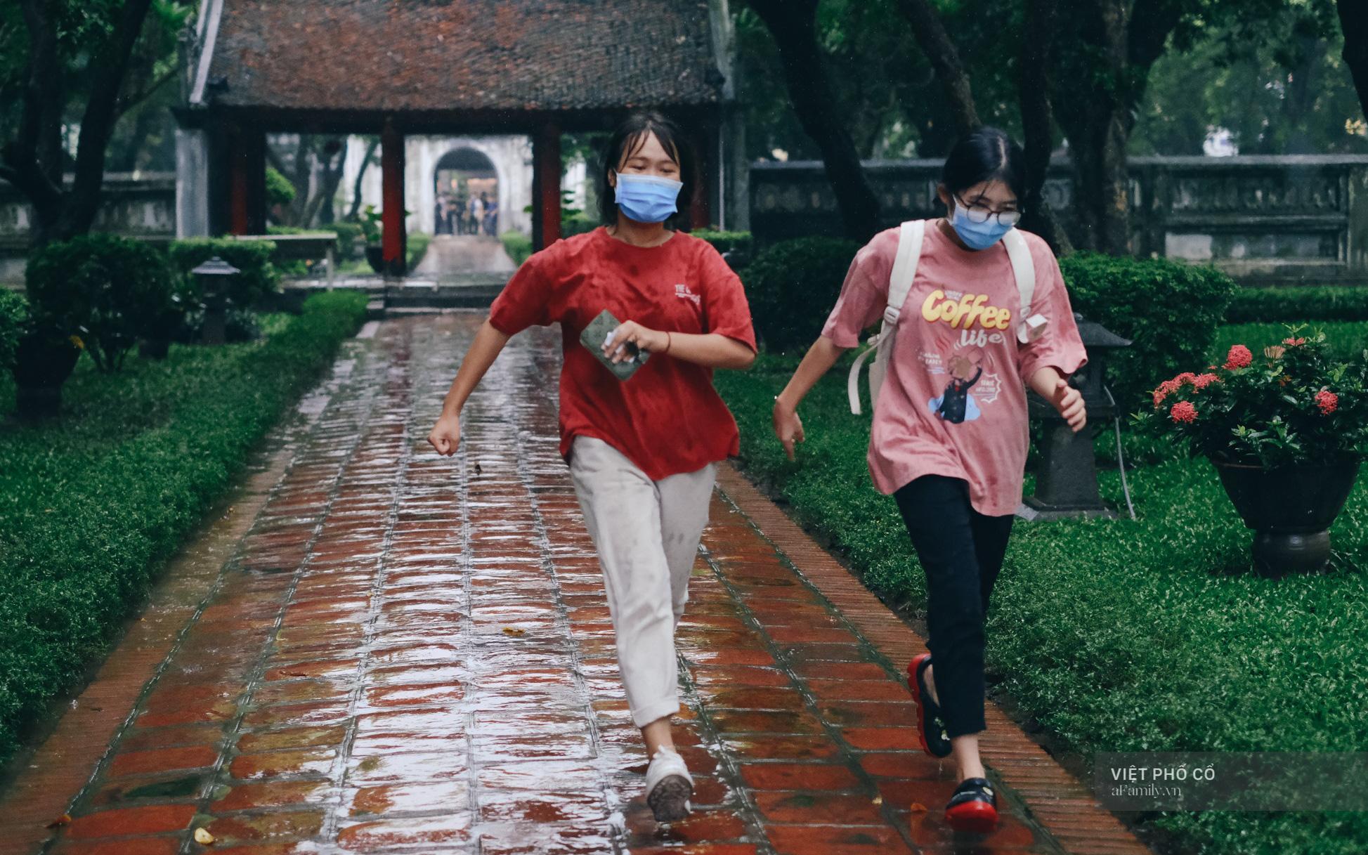 Ảnh: Sĩ tử đội mưa thắp hương cầu may ở Văn Miếu trước kỳ thi THPT