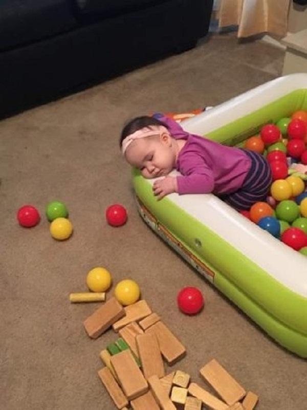 """Những tư thế ngủ có """"thần thái đỉnh cao"""" của các bé, xem xong ai nấy cười té ghế - Ảnh 5."""