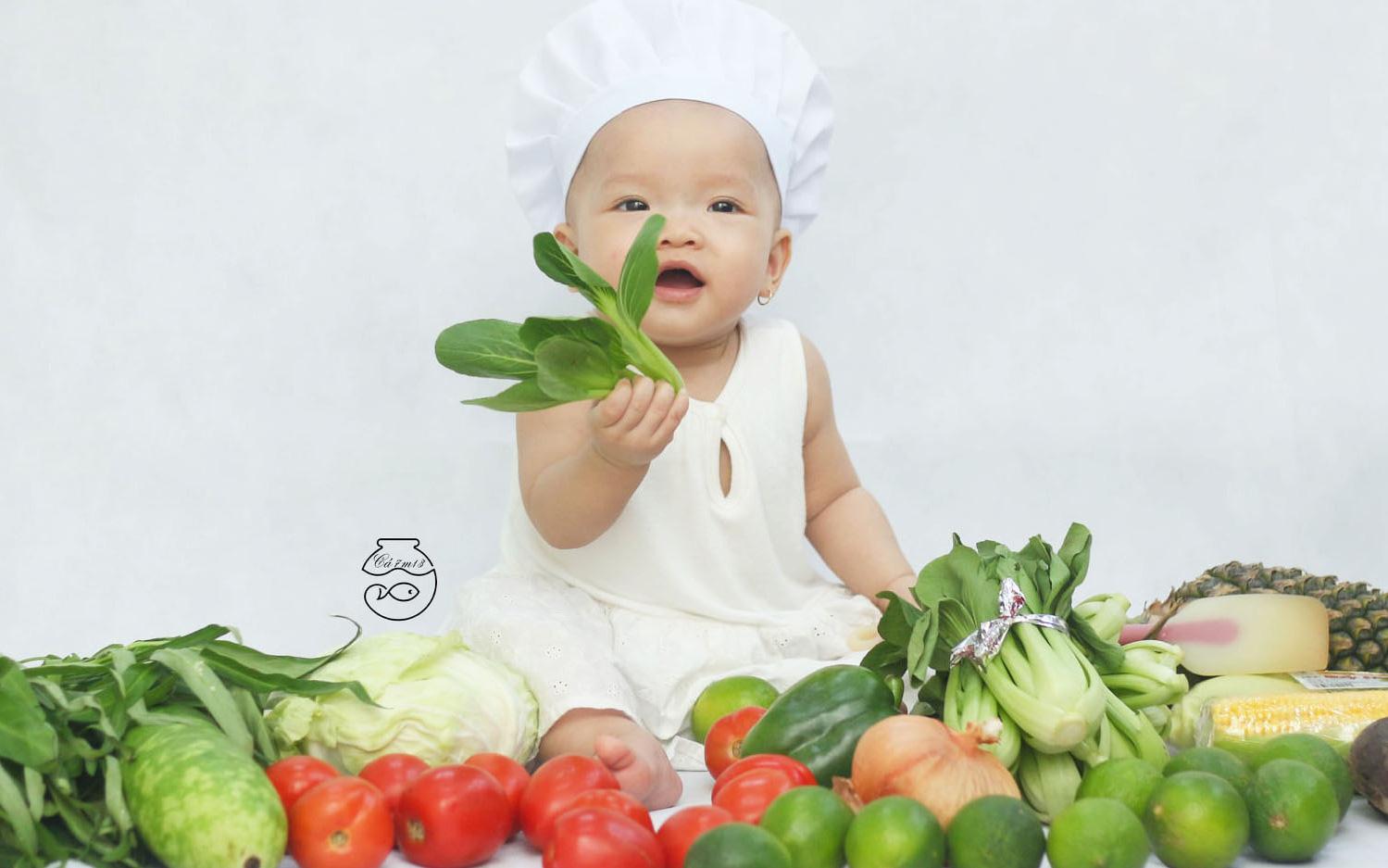 """Nhờ mỗi chiếc nồi luộc gà và rau củ trong bếp, mẹ trẻ giúp con có ngay bộ ảnh """"xịn mịn"""" chẳng kém gì ngoài tiệm"""