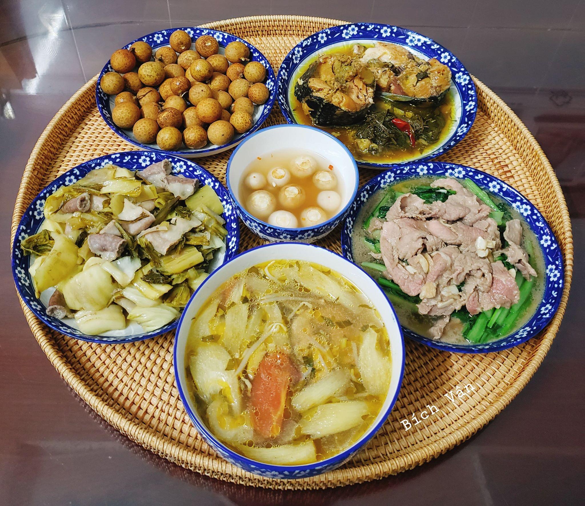 Chỉ từ 130k trở lên, bà nội trợ đảm Sài Gòn sắm sửa mỗi bữa cơm đều như đãi tiệc với các món bổ dưỡng, đẹp mắt cho gia đình 6 thành viên - Ảnh 2.