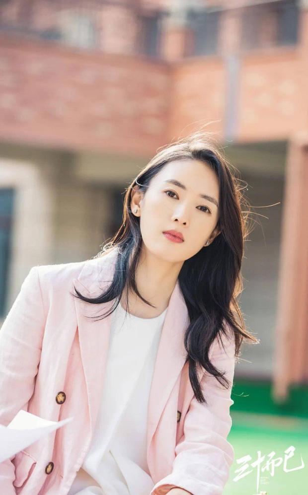 Dùng đến 6 loại kem chống nắng, bảo sao Đồng Dao đã 35 mà da vẫn mơn mởn như gái đôi mươi - Ảnh 1.