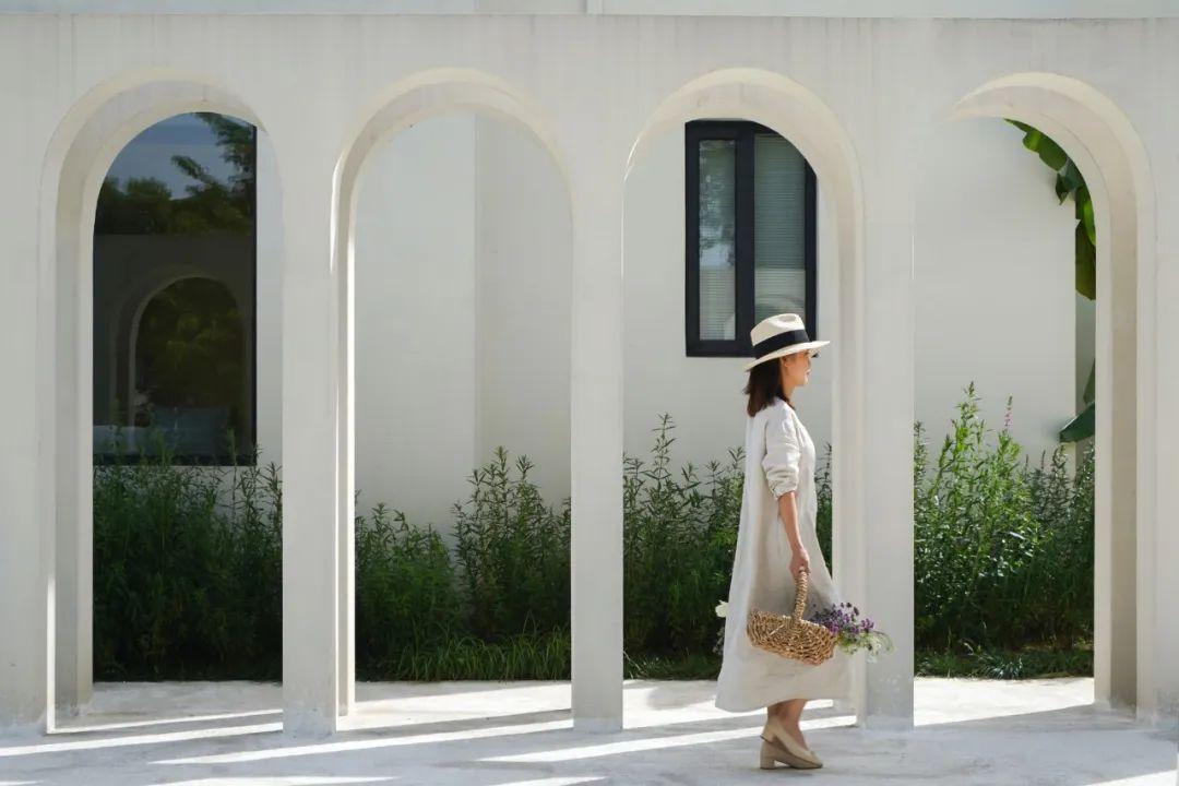 Cô gái xinh đẹp quyết nghỉ việc về quê xây lâu đài trắng, làm vườn cùng bố trên mảnh đất 3000m² - Ảnh 10.