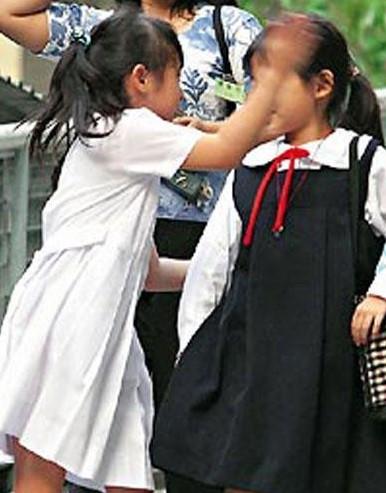 """Nữ ca sĩ mải mê show diễn để con gái 6 tuổi trở thành """"côn đồ trường học"""", lớn lên còn khiến mọi người ngao ngán hơn - Ảnh 2."""