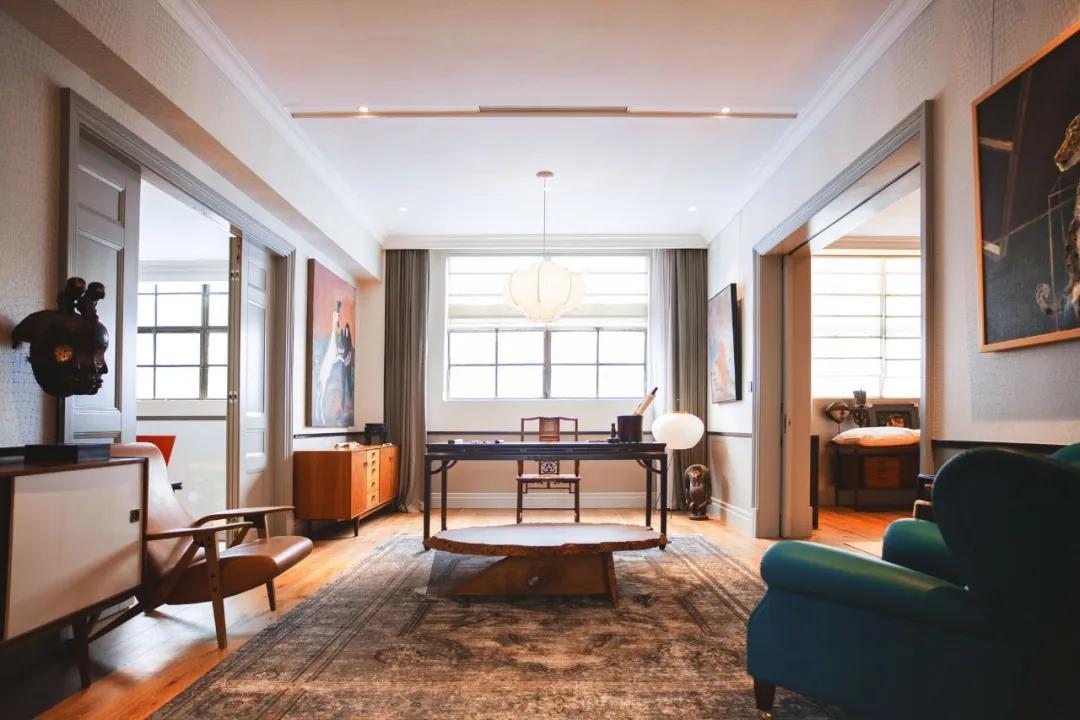 Cặp vợ chồng trẻ thuê nhà xưởng 1000m² cải tạo thành không gian sống siêu đẹp ở ngoại ô - Ảnh 1.