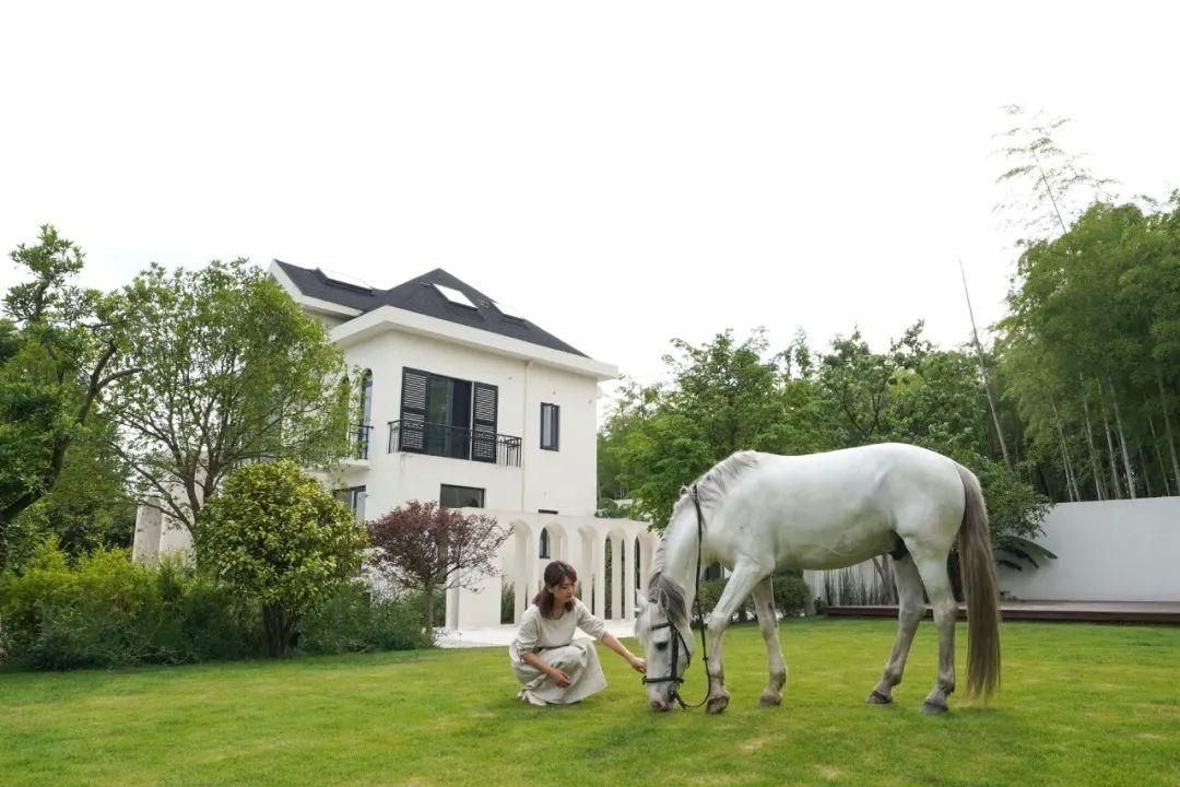 Cô gái xinh đẹp quyết nghỉ việc về quê xây lâu đài trắng, làm vườn cùng bố trên mảnh đất 3000m² - Ảnh 1.
