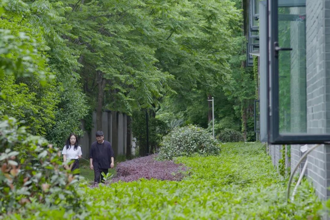 Cặp vợ chồng trẻ thuê nhà xưởng 1000m² cải tạo thành không gian sống siêu đẹp ở ngoại ô - Ảnh 12.