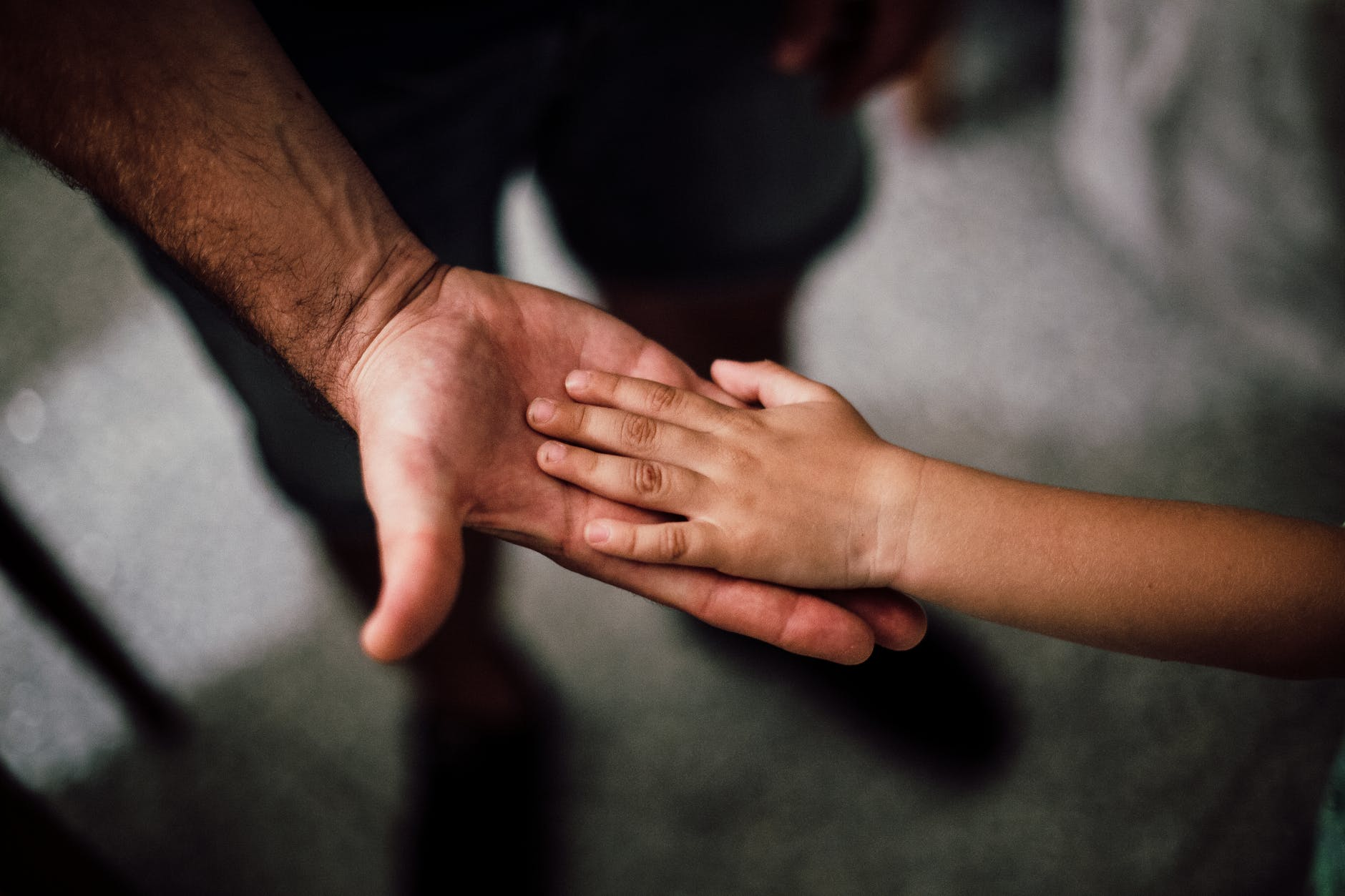 Thay vì chỉ biết xót xa khi con bị cô lập, đây mới là 5 điều cần thiết mà bố mẹ cần phải làm để giúp con thoát khỏi bi kịch này - Ảnh 3.