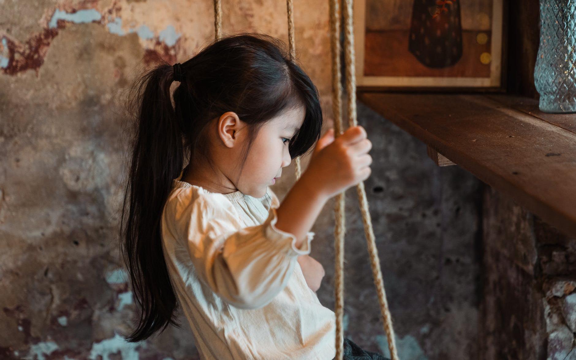 Thay vì chỉ biết xót xa khi con bị cô lập ở trường, đây mới là 5 điều bố mẹ nên làm để giúp con