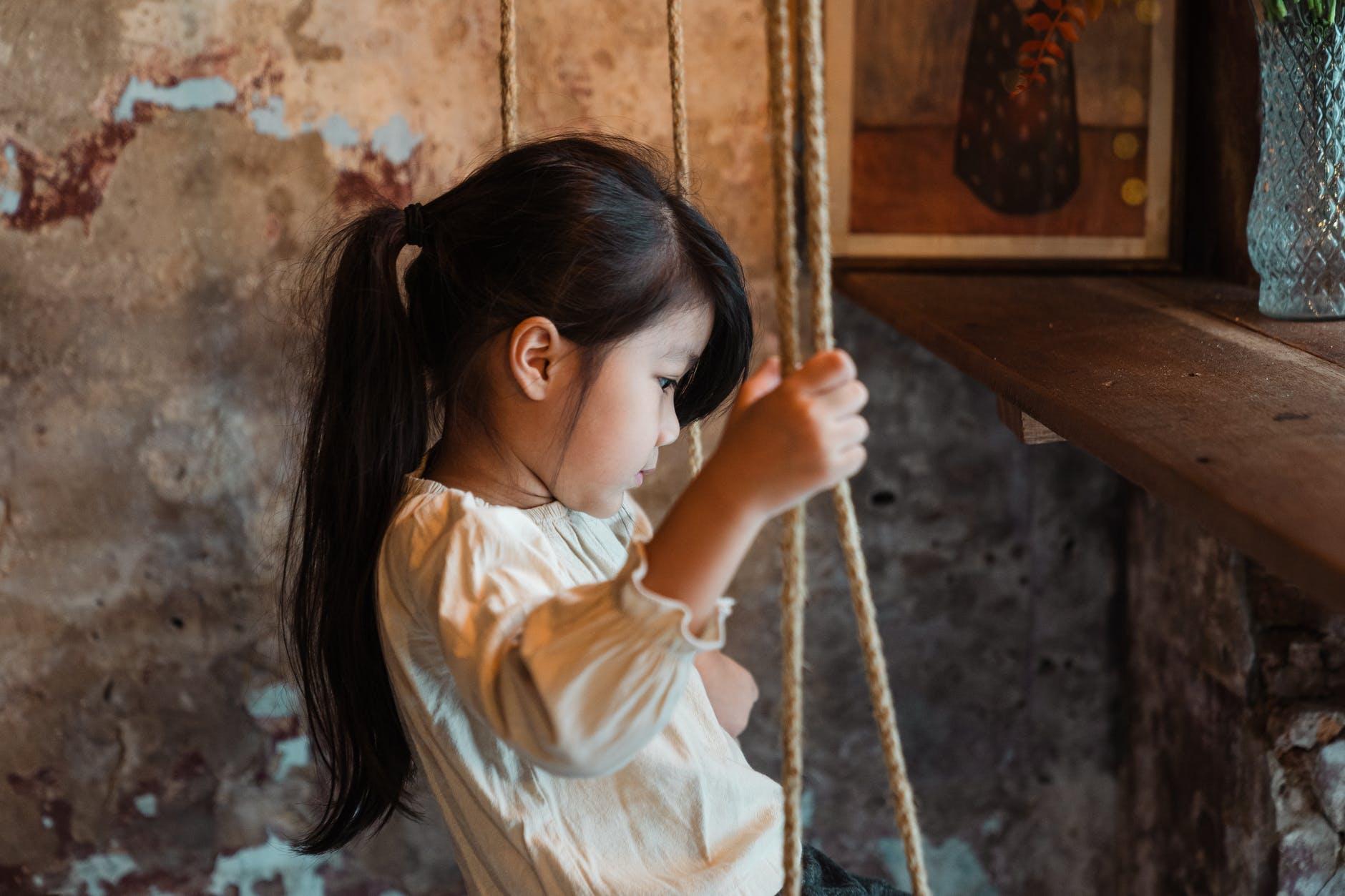 Thay vì chỉ biết xót xa khi con bị cô lập, đây mới là 5 điều cần thiết mà bố mẹ cần phải làm để giúp con thoát khỏi bi kịch này - Ảnh 1.
