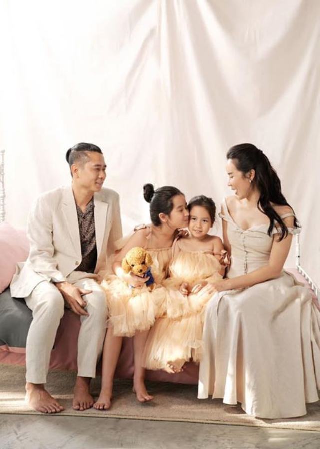 Lưu Hương Giang đăng hình bên ông xã Hồ Hoài Anh và 2 con gái cưng.