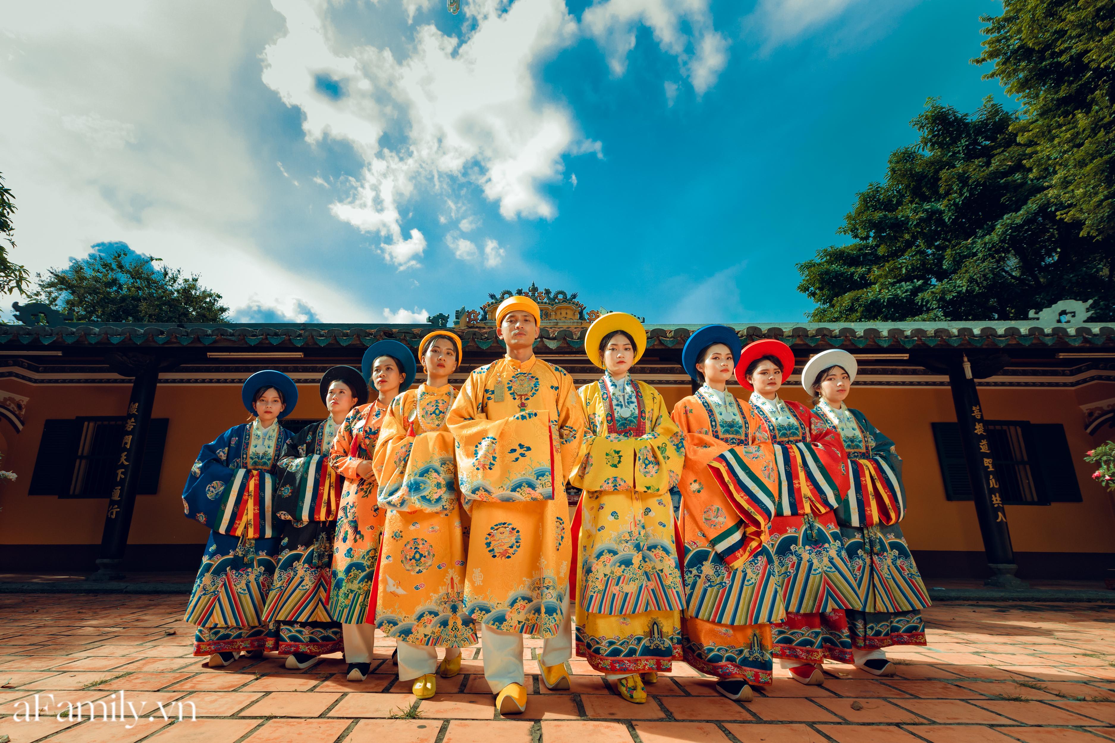 """Nhóm học sinh cấp 3 tìm về nét đẹp truyền thống, diện nguyên dàn cổ phục Việt chụp ảnh kỷ yếu, nhanh chóng thành tạo """"hot trend"""" trên mạng xã hội - Ảnh 1."""