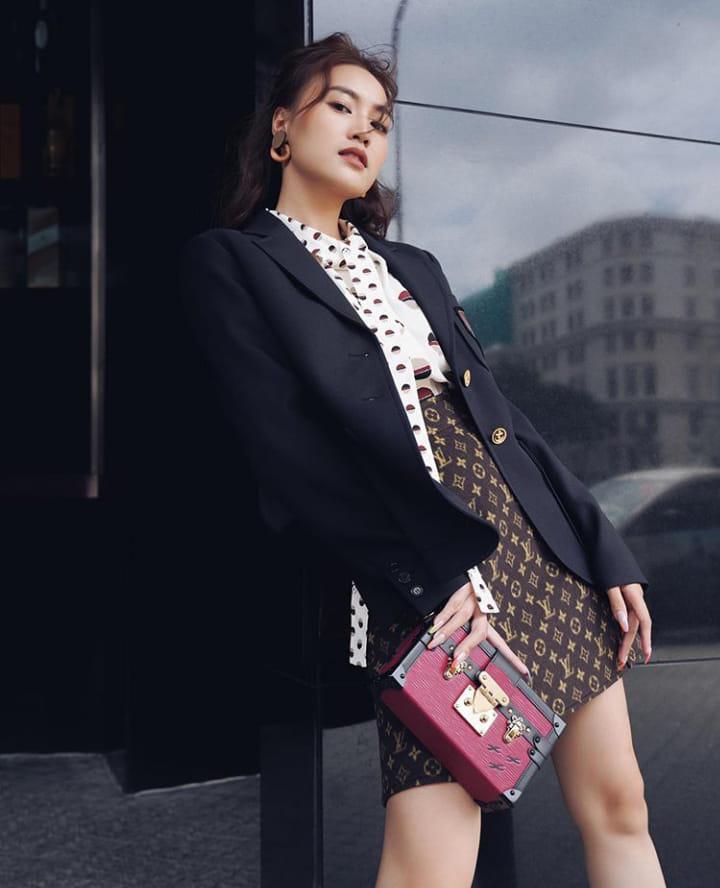 """Lan Ngọc đụng độ """"nữ hoàng Instagram"""" Việt Nam nhưng vẫn khéo tạo dáng tôn chân thon sexy - Ảnh 4."""