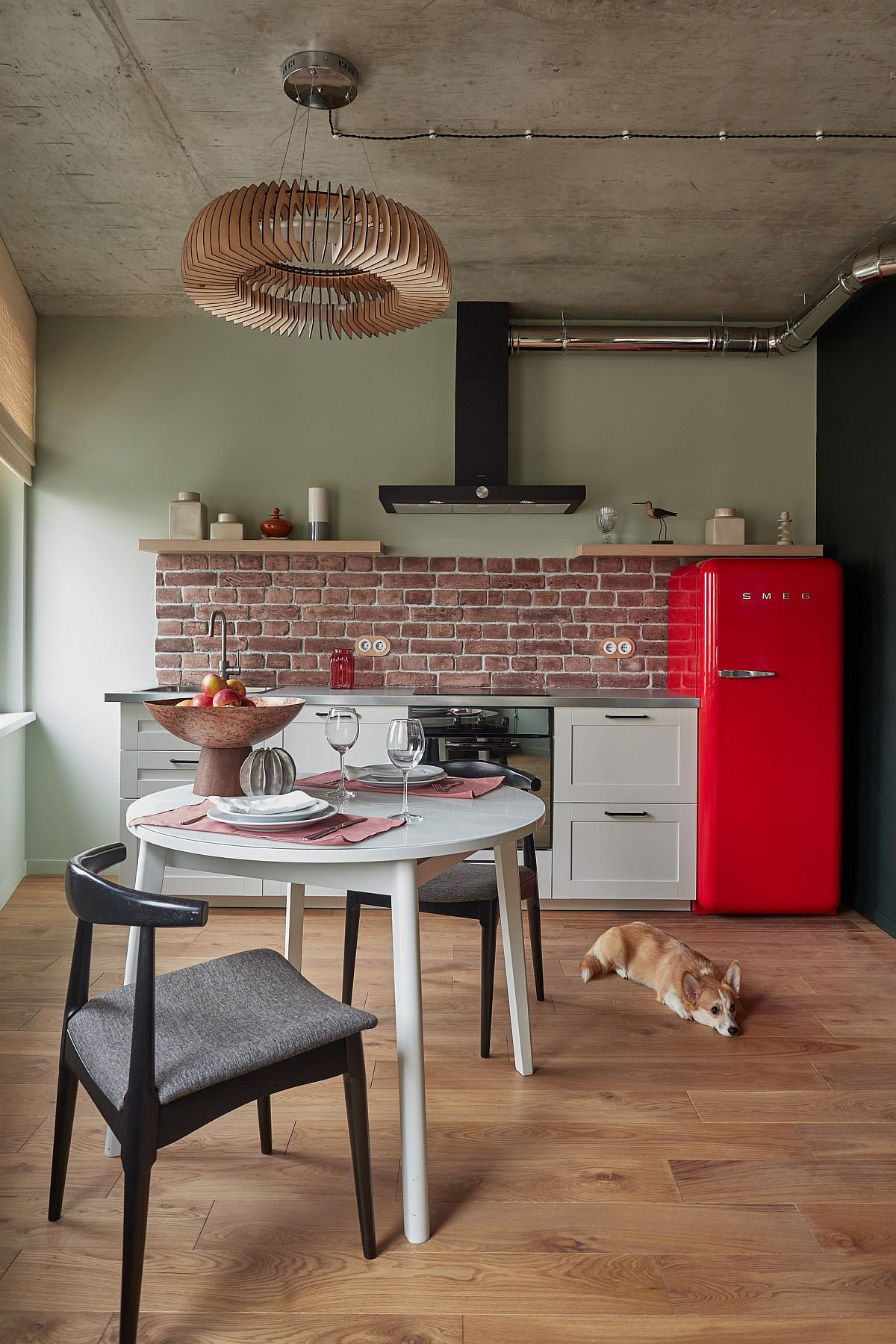 Gợi ý thiết kế căn bếp nhỏ xịn sò với những bức tường gạch trần duyên dáng - Ảnh 11.