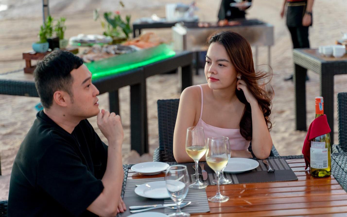 Bắt gặp Quang Vinh và Phạm Quỳnh Anh ăn tối lãng mạn bên bờ biển Phú Quốc