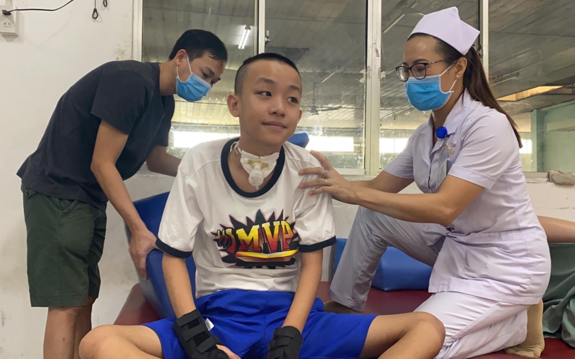 170 triệu đồng giúp đỡ cậu bé 12 tuổi liệt tứ chi, khóc nức nở trên giường bệnh vì sợ làm khổ cha mẹ