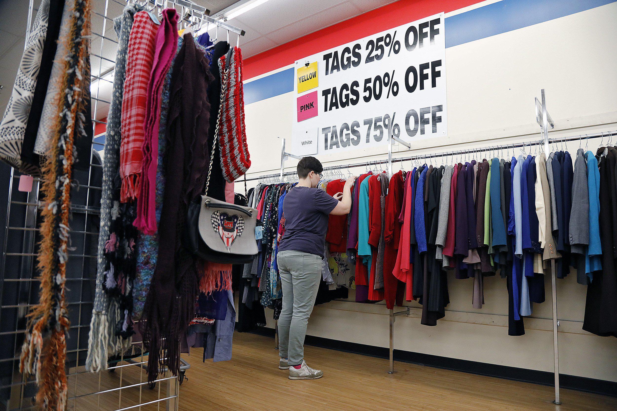 """Các cửa hàng bán hàng thùng mọc lên như nấm ở Hàn Quốc được giới trẻ """"phát cuồng"""": Đồ cũ bán theo chủ đề độc đáo, hàng hiệu lại giá rẻ theo cân - Ảnh 4."""