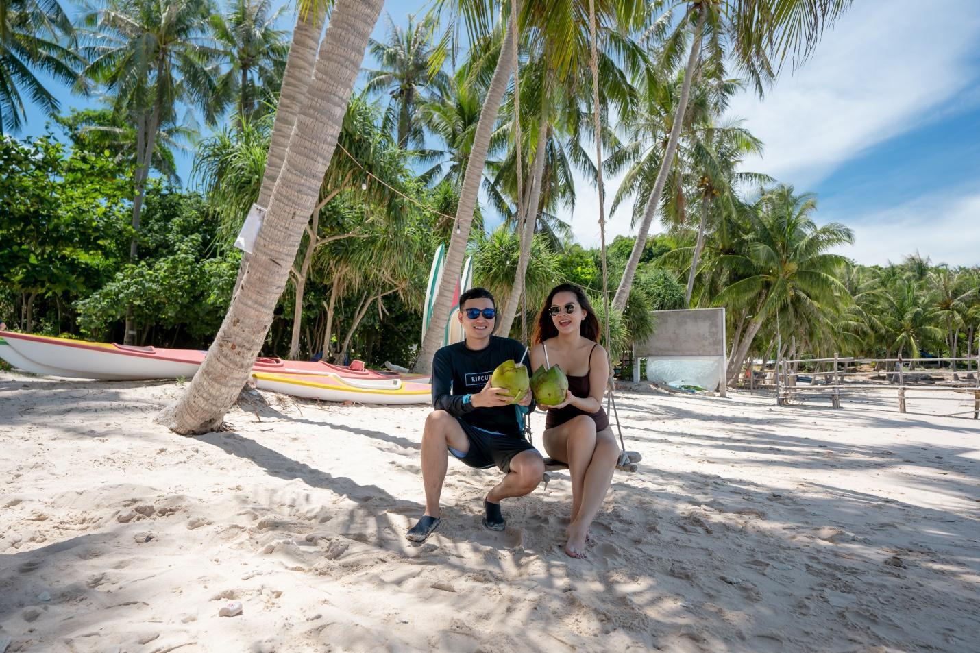 Bắt gặp Quang Vinh và Phạm Quỳnh Anh ăn tối lãng mãn bên bờ biển Phú Quốc - Ảnh 5.