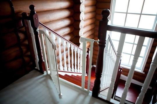 Bé trai 4 tuổi tử vong vì bị mắc kẹt giữa hai thanh chắn cửa cầu thang - Ảnh 1.