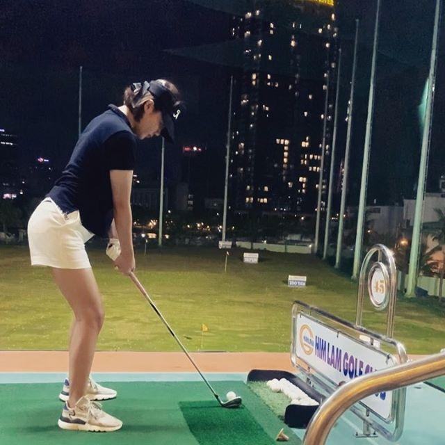 """Style chơi golf của sao Việt: Hương Giang """"ăn vận"""" đơn giản nhất hội dù vướng nghi án hẹn hò, Quỳnh Nga khoe dáng với váy ngắn xẻ cao tít tắp - Ảnh 12."""