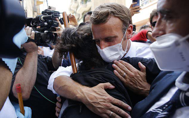 Tổng thống Pháp gây xúc động mạnh, được ca ngợi hết lời trong chuyến thăm đặc biệt đến Beirut sau vụ nổ kinh hoàng