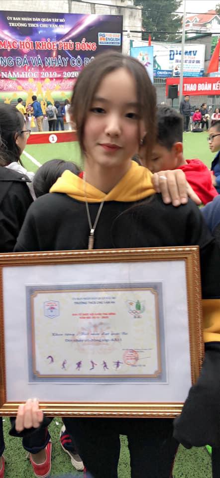 """Con gái của """"Hoa khôi bóng chuyền"""" Kim Huệ: Xinh xắn chẳng thua kém mẹ, đã vậy còn học cực giỏi và cá tính như này - Ảnh 5."""
