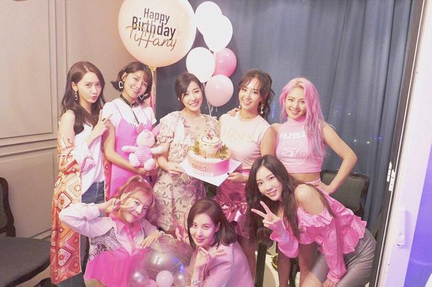"""Tiệc kỷ niệm 13 năm debut của SNSD là chuyện vui nhưng lại khiến Hyoyeon """"nặng gánh"""" vì dress code - Ảnh 1."""