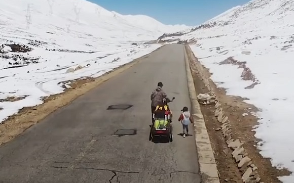 Người cha dẫn con gái 4 tuổi đi phượt 71 ngày liên tục, vượt qua hơn 4000 cây số bằng xe đạp chỉ để dạy con bài học này - Ảnh 2.