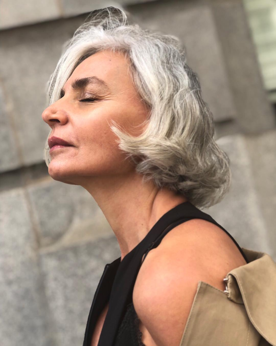 """Fashionista 56 tuổi chia sẻ bước dưỡng da, chăm tóc mỗi ngày: """"Sáng uống 2 cốc nước ấm, tóc bạc từ tuổi 20 nhưng không bao giờ nhuộm"""" - Ảnh 6."""