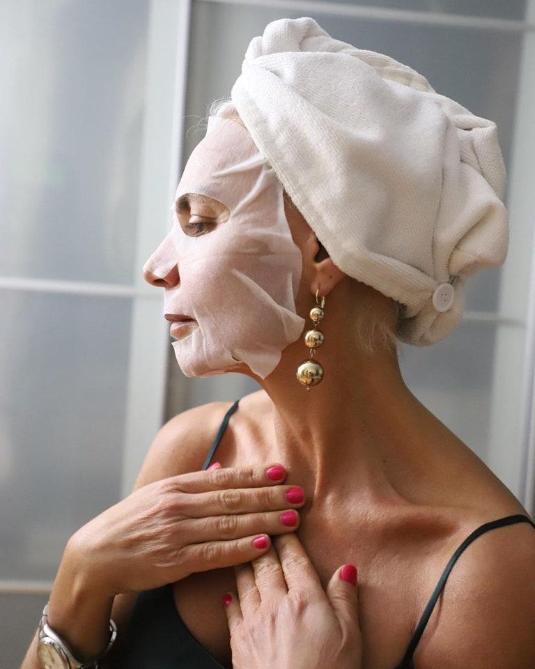"""Fashionista 56 tuổi chia sẻ bước dưỡng da, chăm tóc mỗi ngày: """"Sáng uống 2 cốc nước ấm, tóc bạc từ tuổi 20 nhưng không bao giờ nhuộm"""" - Ảnh 5."""