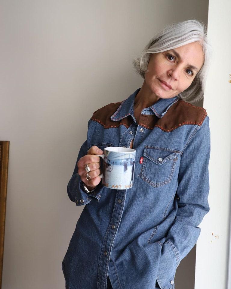 """Fashionista 56 tuổi chia sẻ bước dưỡng da, chăm tóc mỗi ngày: """"Sáng uống 2 cốc nước ấm, tóc bạc từ tuổi 20 nhưng không bao giờ nhuộm"""" - Ảnh 3."""