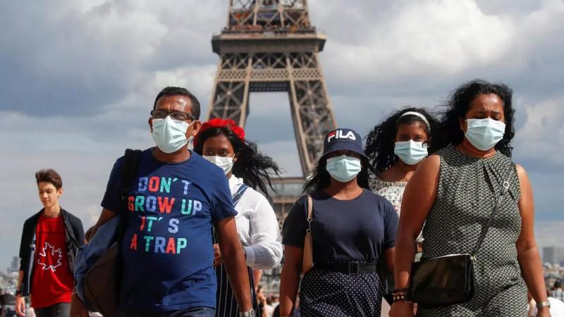 Thủ đô Paris bắt buộc người dân mang khẩu trang khi ở ngoài trời - Ảnh 1.