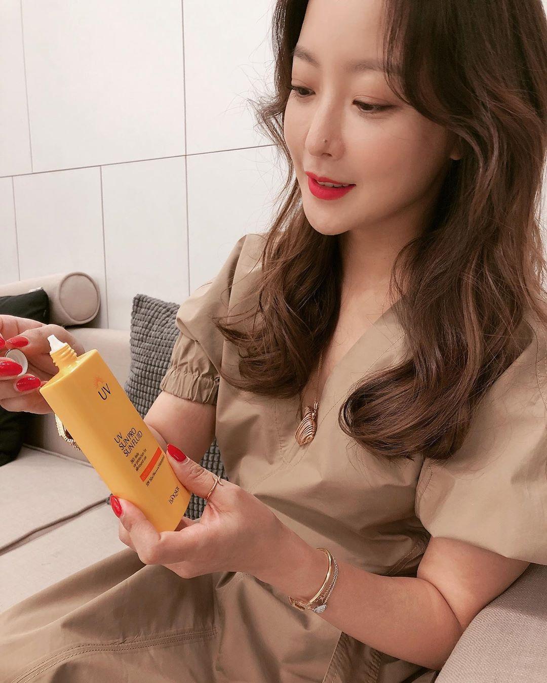 Kim Hee Sun 43 tuổi mà vẫn trẻ xinh chẳng thua đàn em, bí quyết chống già chỉ nằm ở 2 điều - Ảnh 2.