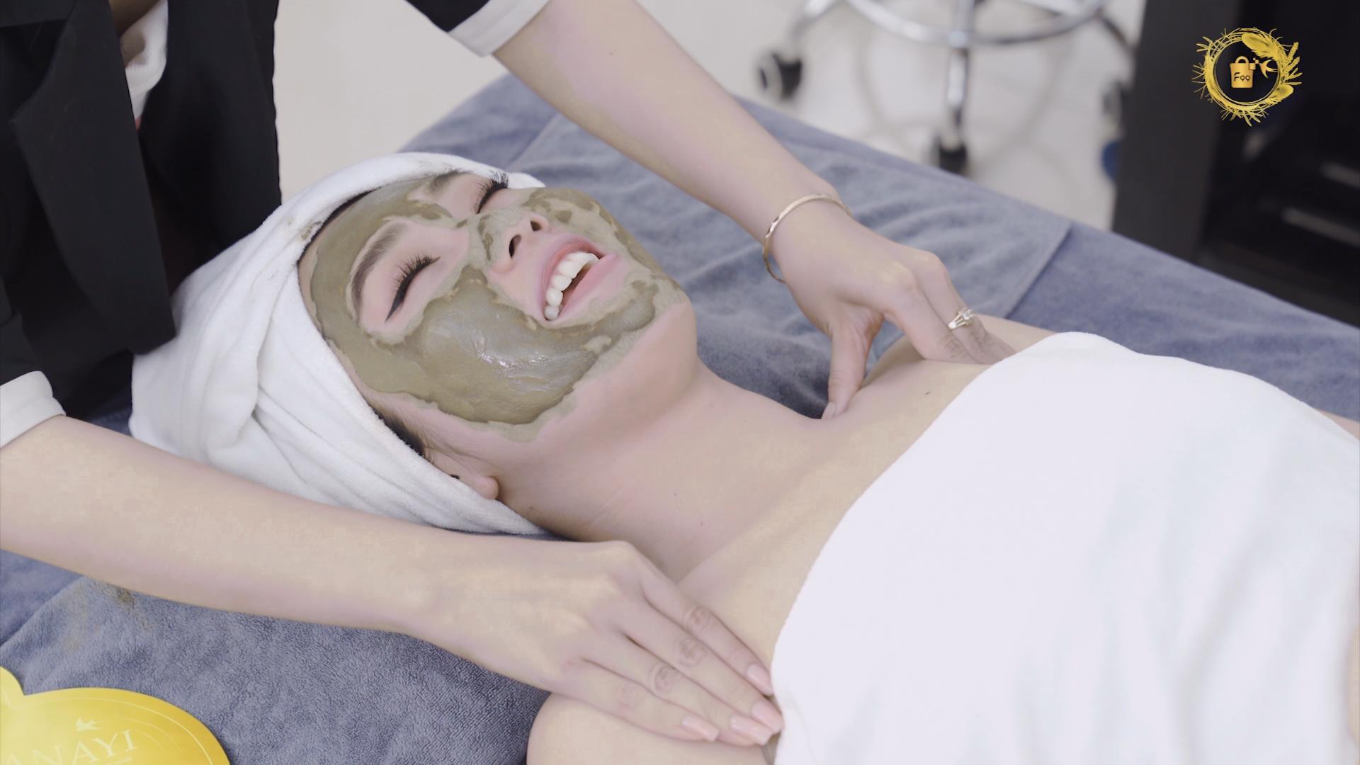 """Điều gì khiến Thuý Ngân, Khả Như và hội chị em """"mê mẩn"""" đắp mặt nạ yến hoàng cung - Royal Golden mask - Ảnh 1."""