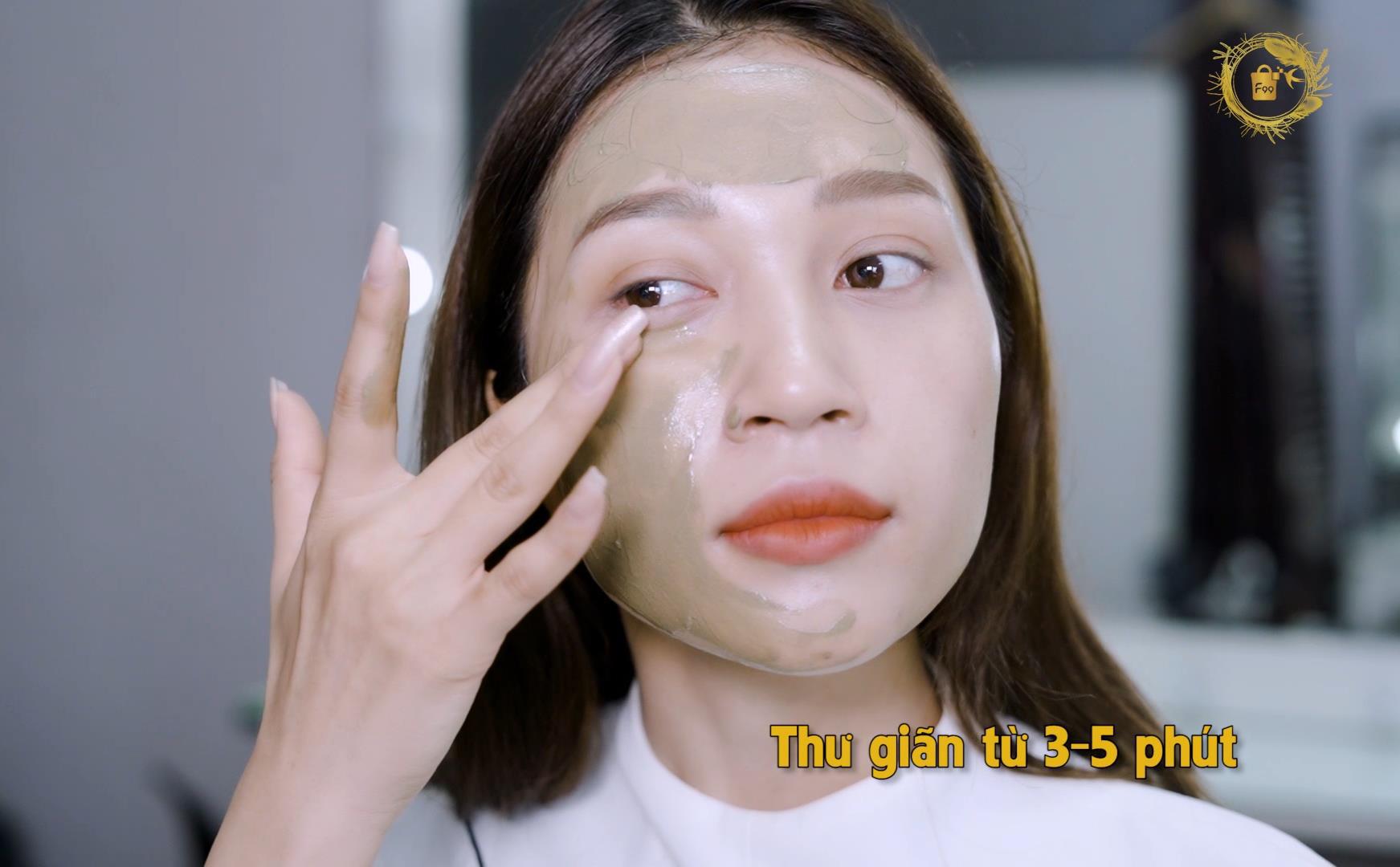 """Điều gì khiến Thuý Ngân, Khả Như và hội chị em """"mê mẩn"""" đắp mặt nạ yến hoàng cung - Royal Golden mask - Ảnh 4."""