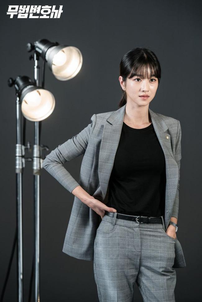 Chân dài nổi tiếng nhưng Seo Ye Ji cũng từng dìm dáng thảm hại vì chọn nhầm bộ suit khiến chân ngắn một mẩu - Ảnh 6.