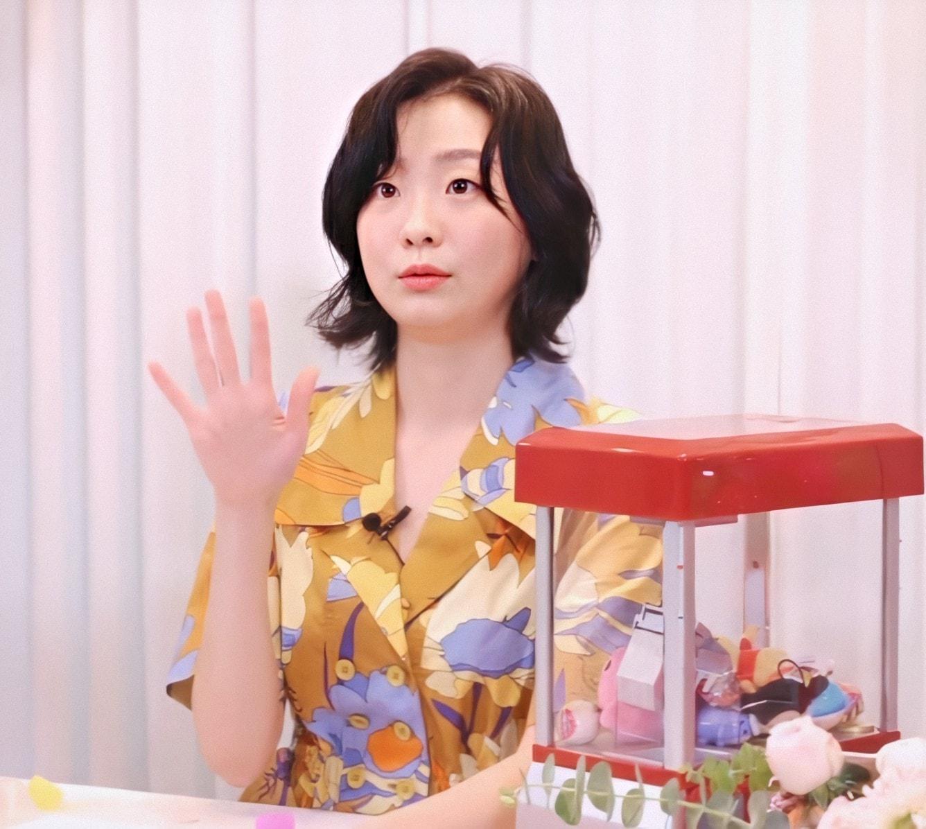 """Lột xác với hình ảnh mới, điên nữ Itaewon Class ăn diện chỉn chu nhưng vẫn bị """"dìm"""" nhan sắc vì tóc tai kém đẹp - Ảnh 3."""