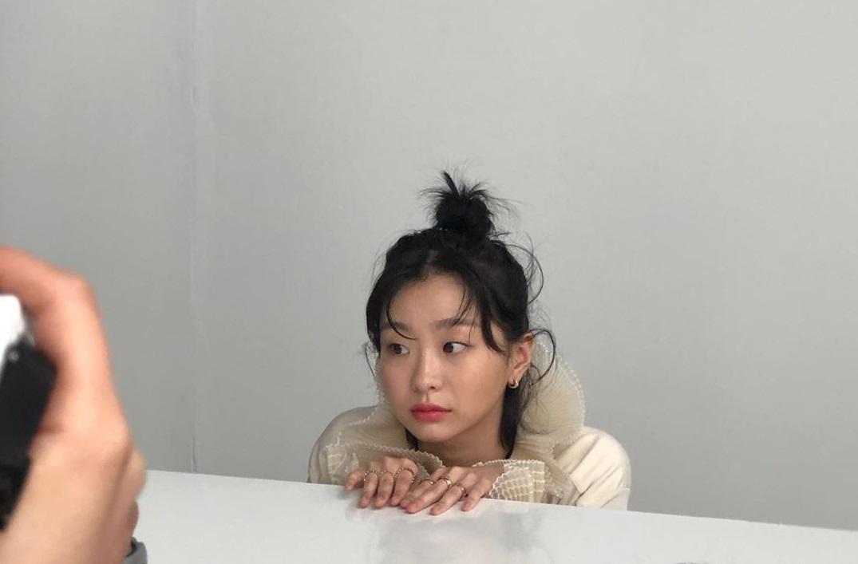 """Lột xác với hình ảnh mới, điên nữ Itaewon Class ăn diện chỉn chu nhưng vẫn bị """"dìm"""" nhan sắc vì tóc tai kém đẹp - Ảnh 9."""