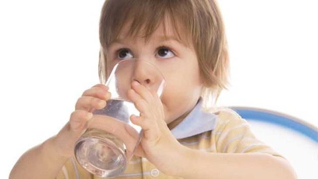 Con nhỏ bị sốt có nhất thiết phải tới bệnh viện, bố mẹ sẽ không còn lúng túng nếu nằm lòng những phương pháp hạ sốt vật lý này - Ảnh 2.