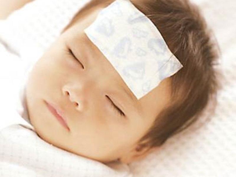 Con nhỏ bị sốt có nhất thiết phải tới bệnh viện, bố mẹ sẽ không còn lúng túng nếu nằm lòng những phương pháp hạ sốt vật lý này - Ảnh 3.