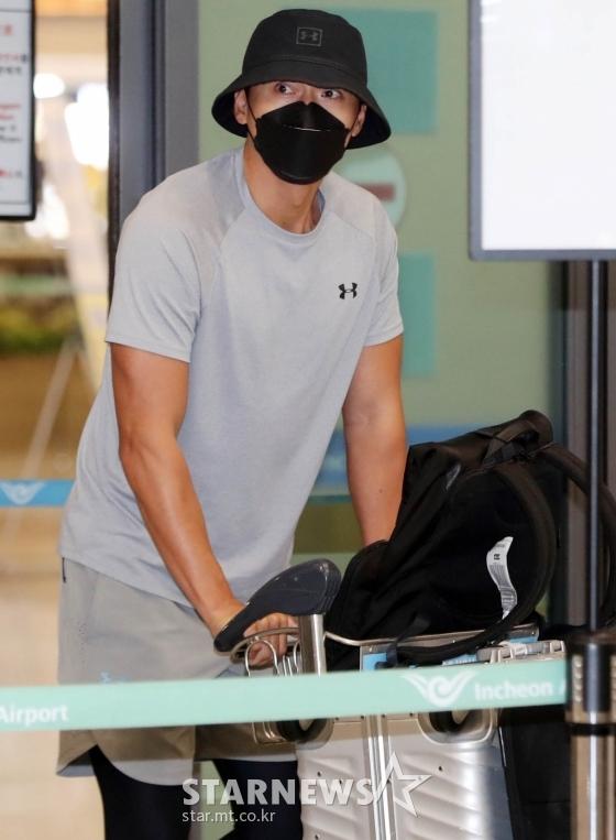 Chính thức trở về Hàn Quốc sau 2 tháng ở nước ngoài, Hyun Bin gây ấn tượng mạnh bởi vẻ ngoài đen bóng và cơ bắp cuồn cuộn - Ảnh 3.