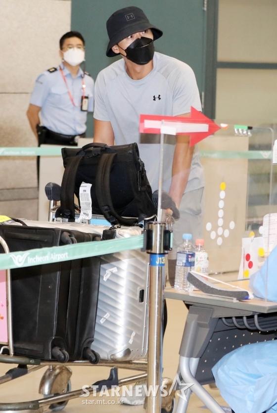 Chính thức trở về Hàn Quốc sau 2 tháng ở nước ngoài, Hyun Bin gây ấn tượng mạnh bởi vẻ ngoài đen bóng và cơ bắp cuồn cuộn - Ảnh 4.