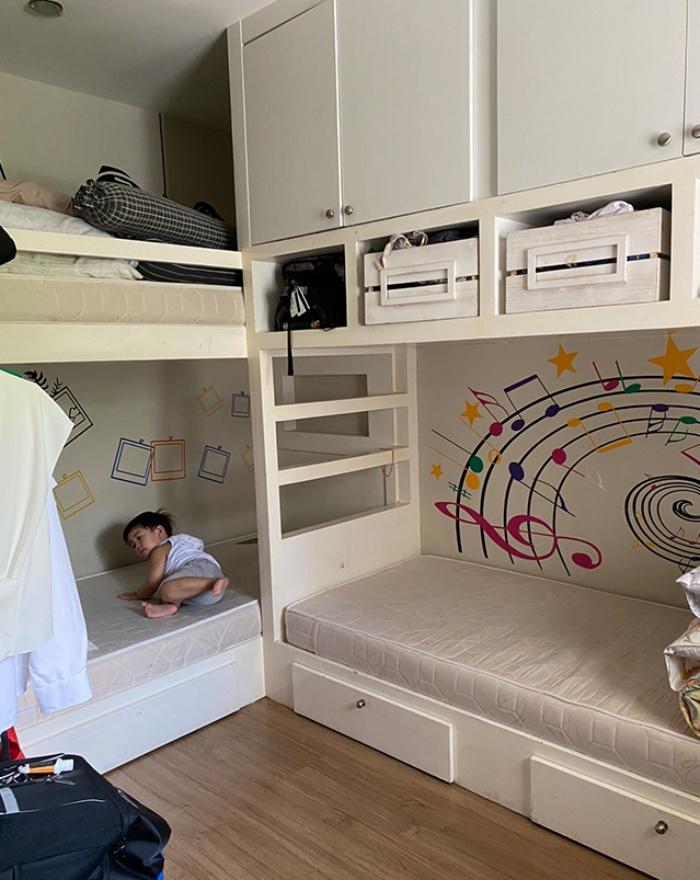 Người mẹ thông minh chọn giấy dán tường trang trí phòng bé giúp việc học tại nhà vô cùng hiệu quả - Ảnh 2.