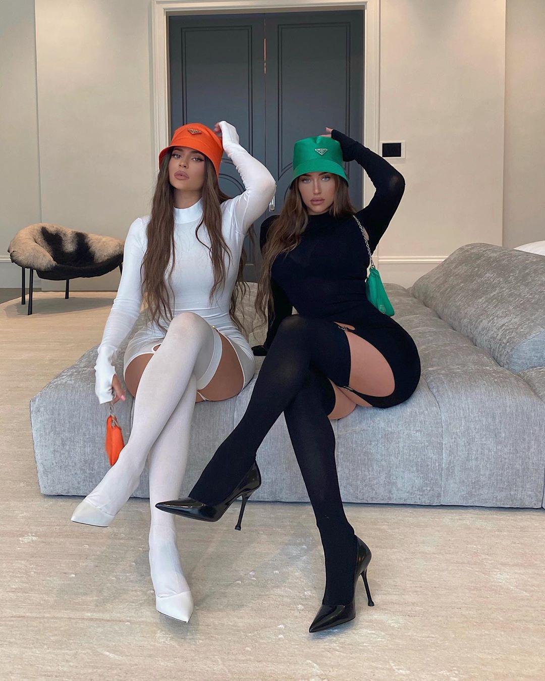 Ngọc Trinh - Chi Pu bốc thật nhưng hóa ra là học tập Kylie và Stassie - 2 bà tổ trong khoản lên đồ đôi khoe body phồn thực  - Ảnh 2.