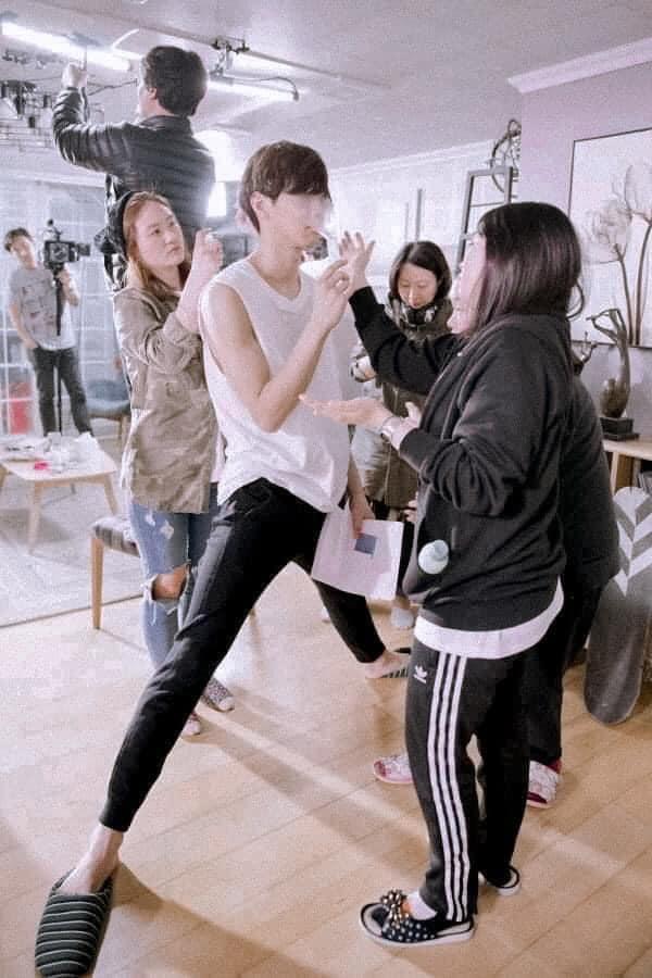 Làm stylist, makeup cho sao nam Hàn là sướng nhất: Được ngắm trai đẹp còn có cả loạt khoảnh khắc thòng tim như ngôn tình đời thực - Ảnh 9.