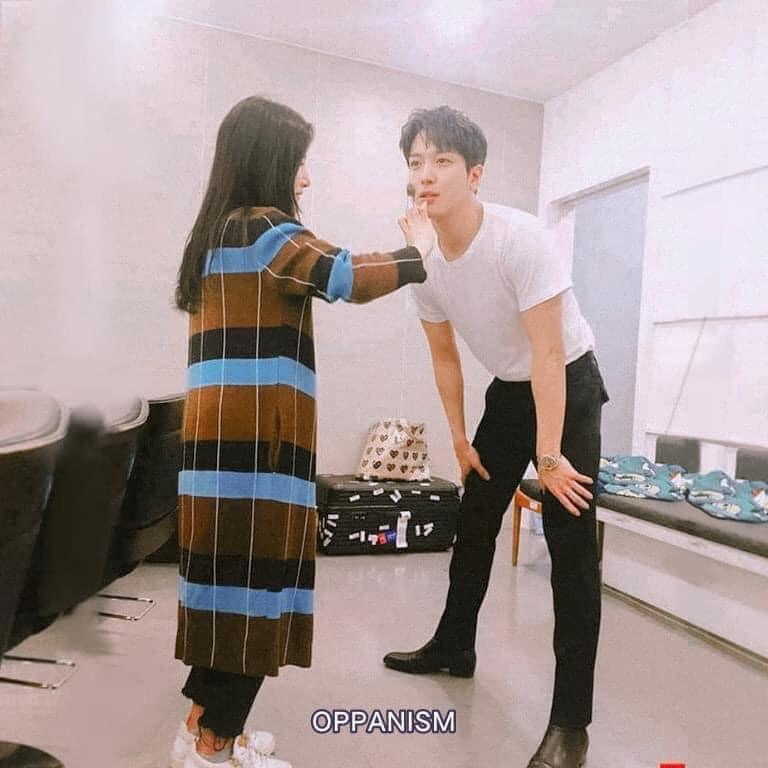 Làm stylist, makeup cho sao nam Hàn là sướng nhất: Được ngắm trai đẹp còn có cả loạt khoảnh khắc thòng tim như ngôn tình đời thực - Ảnh 5.