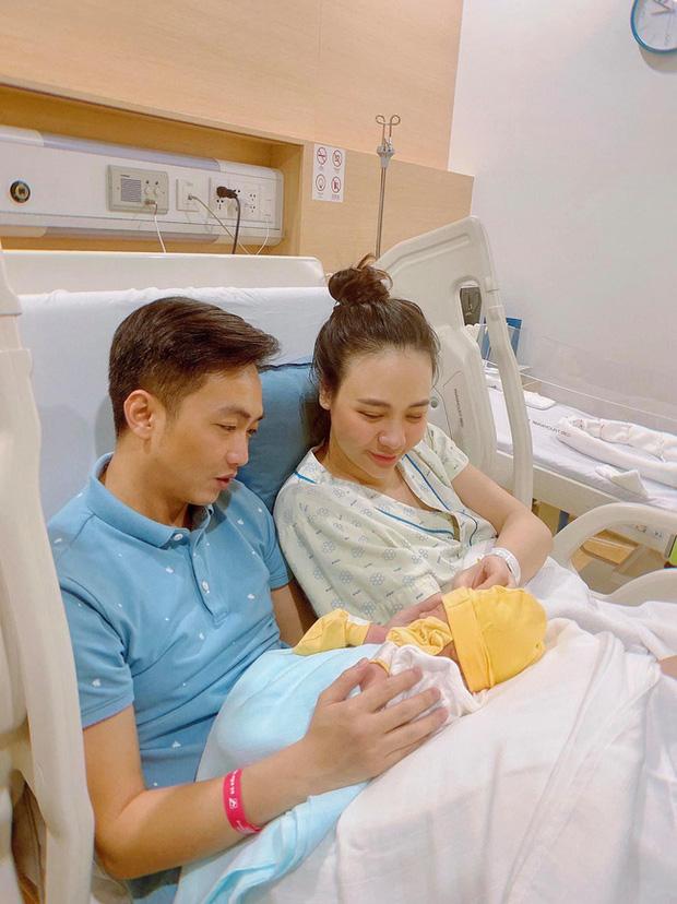 """Đọ sắc hội chị em toàn hot mom của Đàm Thu Trang khi làm """"bà đẻ"""": Người phá nét không nhận ra, người xinh đến mức bác sĩ phải khen - Ảnh 2."""
