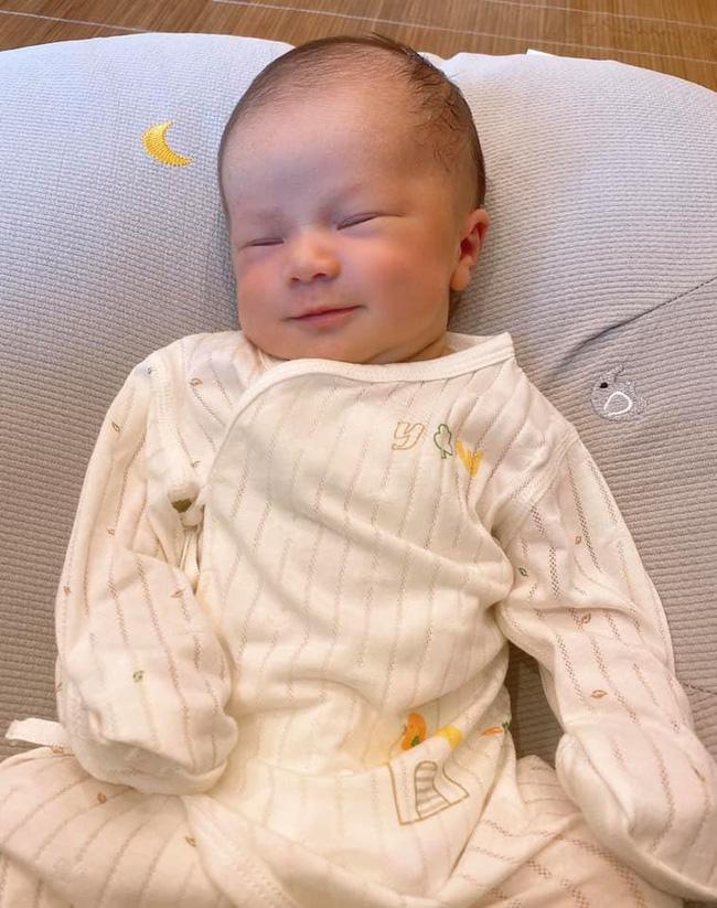 Con trai Duy Mạnh được bố mẹ chuẩn bị tiệc đầy tháng rực rỡ, tên thật của bé Ú Béo cũng được tiết lộ rồi đây - Ảnh 4.