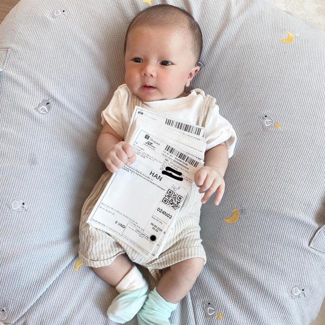 Con trai Duy Mạnh được bố mẹ chuẩn bị tiệc đầy tháng rực rỡ, tên thật của bé Ú Béo cũng được tiết lộ rồi đây - Ảnh 5.