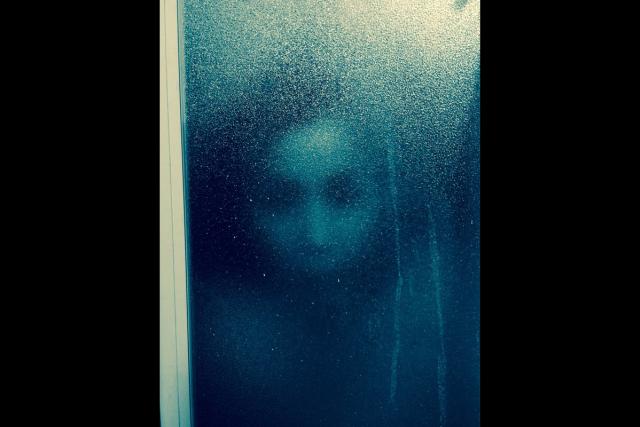 """Nhìn thấy gương mặt kinh dị xuất hiện trên cửa kính lúc đang tắm, cô gái """"câm nín"""" cho đến khi biết được ai đằng sau - Ảnh 1."""
