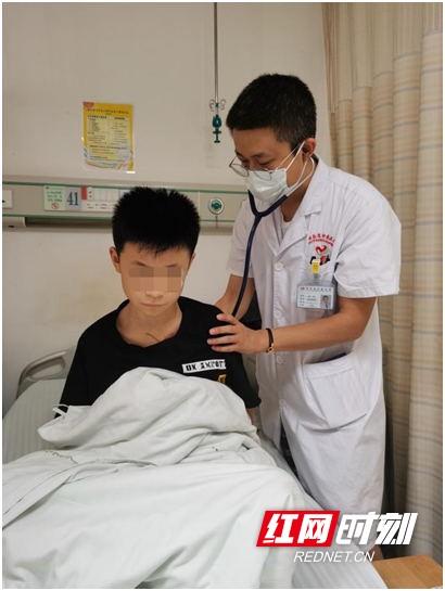 Con trai 12 tuổi mắc ung thư giai đoạn cuối, vừa nghe người mẹ tiết lộ thói quen ăn sáng và uống nước của cậu bé bác sĩ đã biết được nguyên nhân gây bệnh - Ảnh 2.